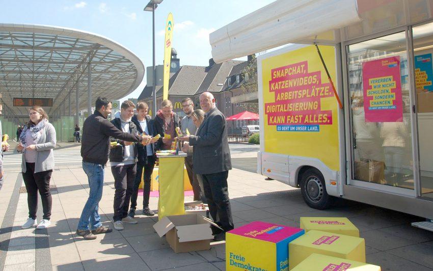 Nückel mit Herner Bürgern und Schülern am Knotenpunkt Bahnhof.