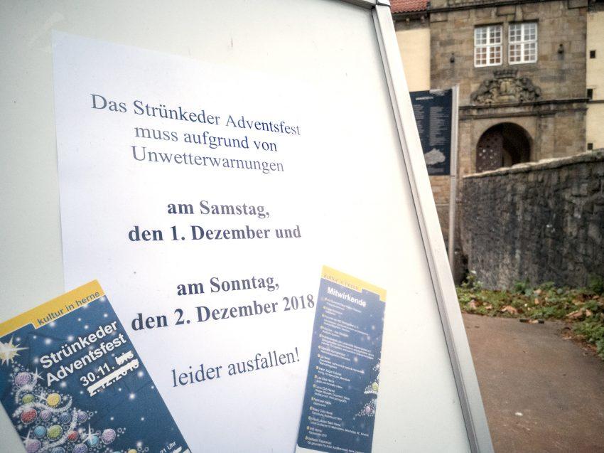 Absage für das Strünkeder Adventfest im Hof von Schloss Strünkede in Herne (NW), am Samstag (01.12.2018).