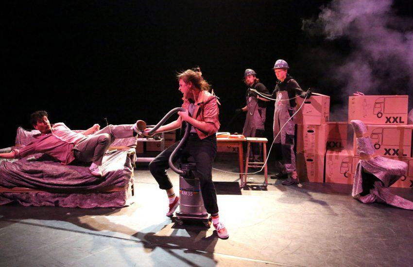 Turbulent geht's zu bei Lillebror (Alexander Ritter) und Karlsson (Johanna Wieking), im Hintergrund Jan-Friedrich Schaper und Svea Kirschmeier.