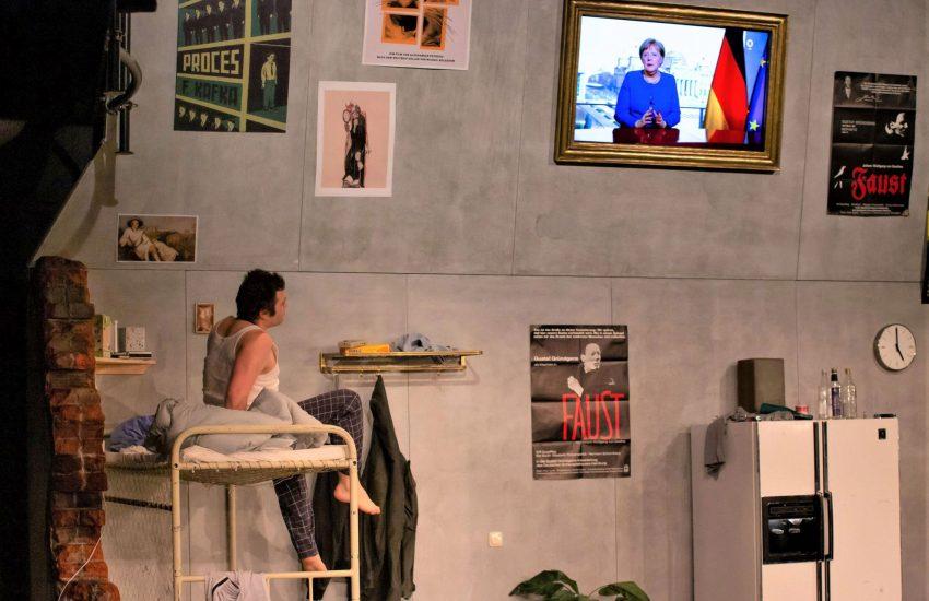 Die Nachrichtenlage stimmt fatalistisch: Dennis Bodenbinder als K. 'Fünf gelöschte Nachrichten' - DAS Corona-Drama am Schauspiel Essen.