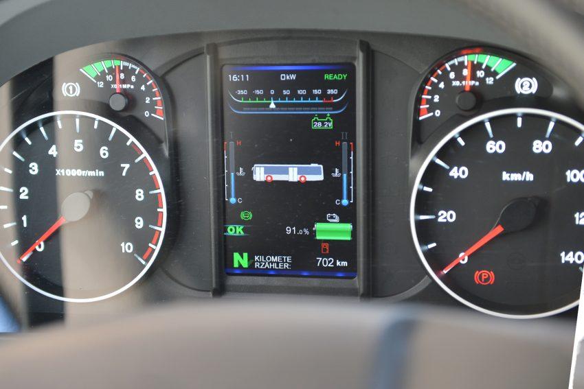 Armaturenfeld im E-Bus zeigt unter anderem den Ladezustand der Batterie an.