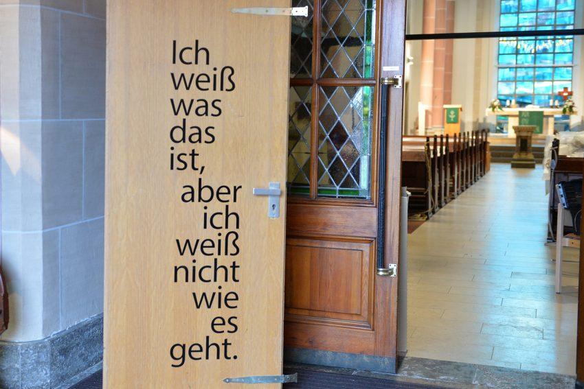 Kunstprojekt - Glaube, Liebe, Hoffnung, diese drei und das eine Kreuz. Stichwort: Liebe. Ausstellung in der Ev. Johanneskirche Eickel. Türblatt 'Ratlos' von Thomas Stüke.