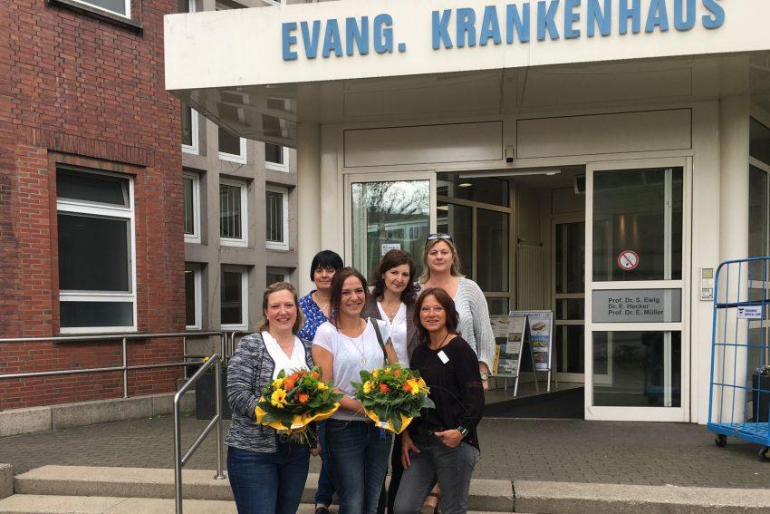 v.l. Bianca Eichhorn, Pflegedienstleitung Stefanie Eisenberg, Sabine Leder, Pflegedienstleitung Iris Fath und Karin Kruse, Pflegedirektorin Beate Schlüter-Rickert.