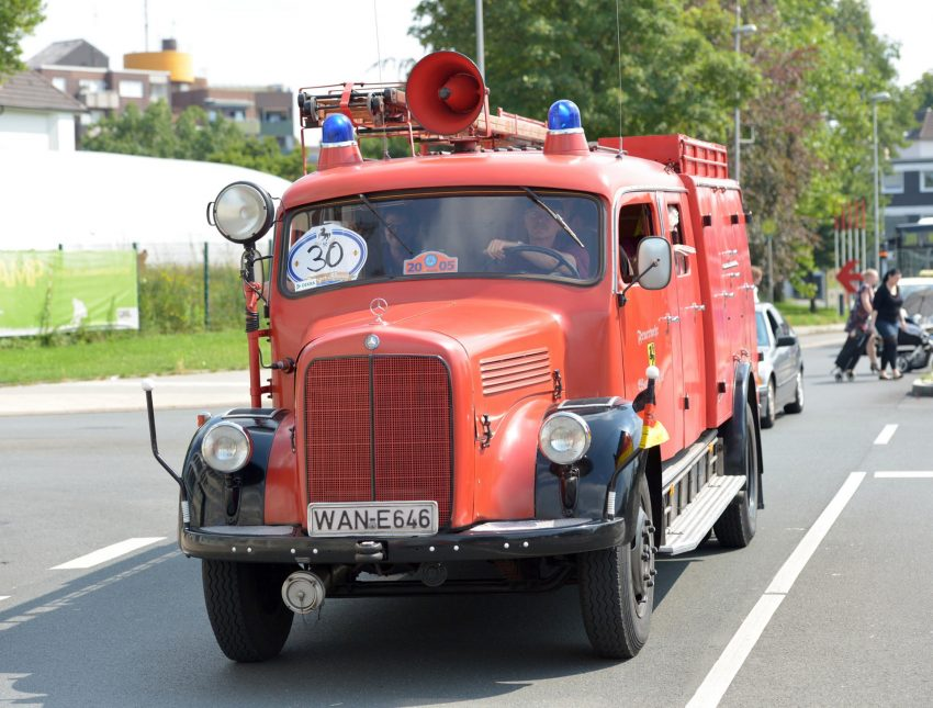 Kirmesoldtimer fahren von Bochum zum Cranger Kirmesplatz