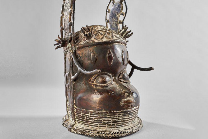 Dieser Gedenkkopf eines Oba wurde vermutlich erst in der Mitte des 20. Jahrhunderts hergestellt und kann deshalb nicht aus einer