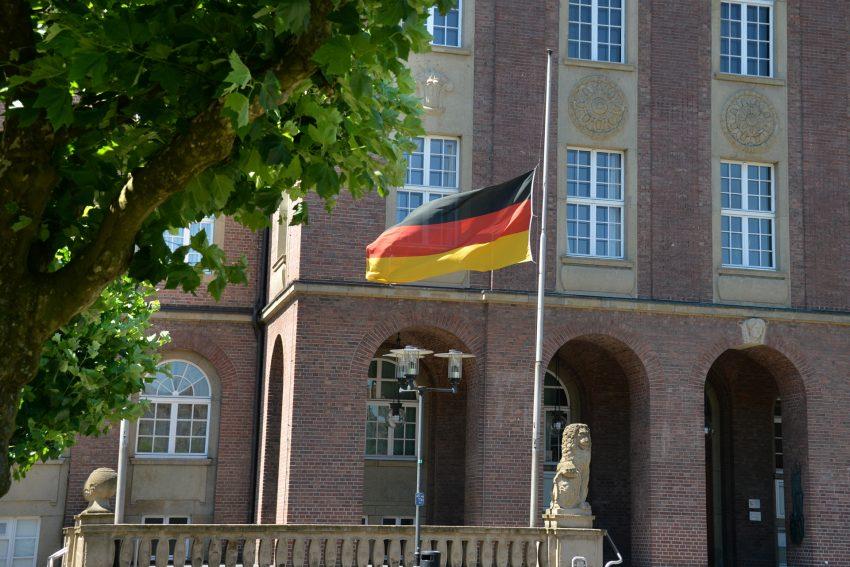 Halbmast-Beflaggung am Herner Rathaus.