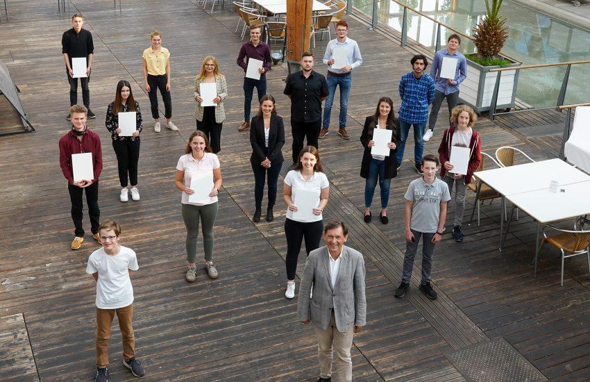 Alle Jugendlichen erhielten eine Urkunde und ein Geschenk.