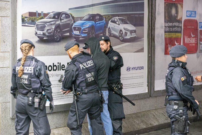 Aufmarsch 'besorgter Bürger' in Herne (NW), am Mittwoch (04.09.2019). Im Bild: Polizisten durchsuchen einen Teilnehmer der rechten Szene.Foto: Stefan Kuhn