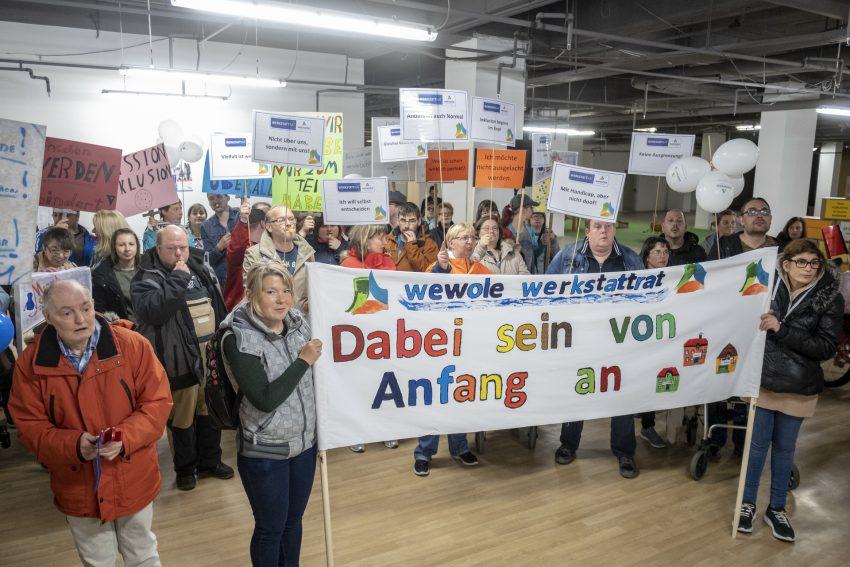 Protestzug für Inklusion auf der Bahnhofstraße in Herne (NW), am Donnerstag (09.05.2019). Das Inklusionsbüro der Stadt Herne hatte eingeladen, um auf die gleichberechtigte Teilhabe aller Menschen aufmerksam zu machen.