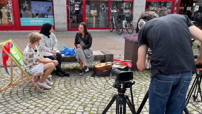 Interviews zur U18-Wahl 2021 mit Direktkandidaten, hier am Robert-Brauner-Platz mit Michelle Müntefering (2.v.r), die Interviews führen Jan Laser (li.) und Havle Nazik.
