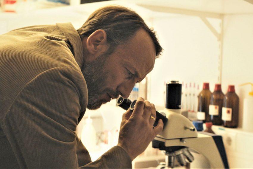 Szene aus der ersten Staffel: Richard (Wotan Wilke Möhring) macht eine furchtbare Entdeckung: Es ist die Taubengrippe.