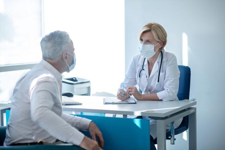 Männer sollten die kostenfreien Früherkennungsuntersuchungen der gesetzlichen Krankenkassen besser nutzen. Denn wenn Krebs frühzeitig erkannt wird, bestehen gute Heilungschancen.