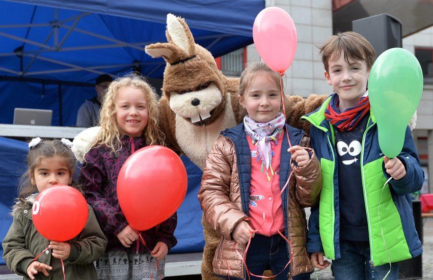 v.l. Helda (3), Malia (6), Lilly (6), und Max (7) mit dem Oster-DJ in ihrer Mitte.