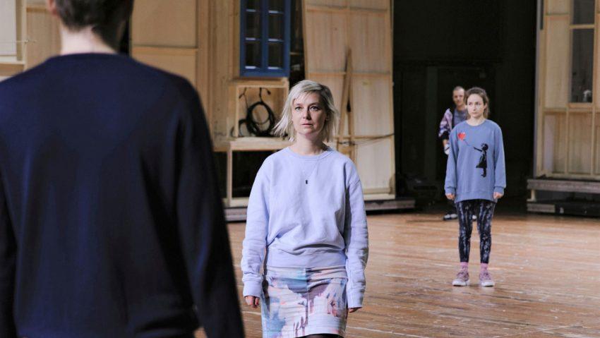 """Maja Beckmann ist Schauspielerin des Jahres 2021, Maja Beckmann (2.v.l.) zusammen mit Benjamin Lillie, Wiebke Mollenhauer und Nils Kahnwald (hinten) in """"Einfach das Ende der Welt"""", der """"Inszenierung des Jahres 2021""""."""
