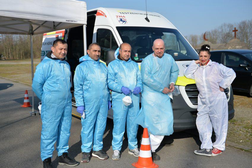 Das Team der Firma HospiTrans führt am Testzentrum auf dem Cranger Kirmes Platz schnell und kompetent die Bürgertest durch.