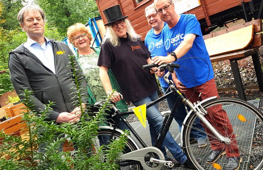 Und sie fahren doch - für das Lukas-Hospiz. v.l. Roland Jensen (Taekwon-Do), Anneli Wallbaum (Lukas Hospiz), Horst Schröder (seines Zeichen Graf Hotte), Volker Bregulla und Michael Thomasen (beide Vorstand ADFC). am 10. Juli 2020 bei der Vorstellung der alternativen Fahrradtour.