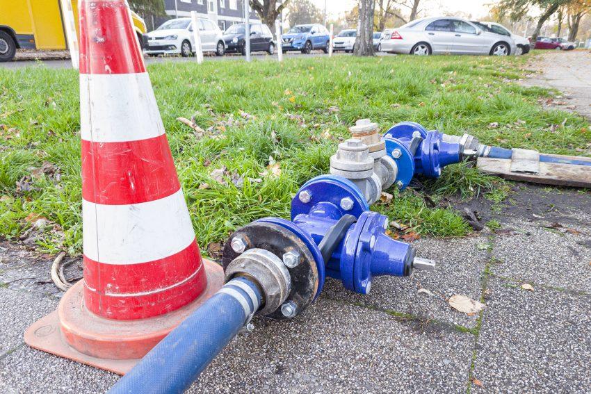 Eine Ersatzwasserleitung liegt am Freitag (06.11.2020) an der Kaiserstraße in Herne (NW). Der Wasserversorger Gelsenwasser führt dort Reparaturabeiten an der Wasserversorgung durch.
