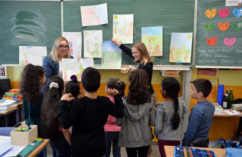 v.l. Die beiden Lehramtsanwärterinnen Anne-Katrin Marx und Klara Zerbe betreuen das Ferienprojekt, das vom Verein Lernen! in Herne finanziert wird.