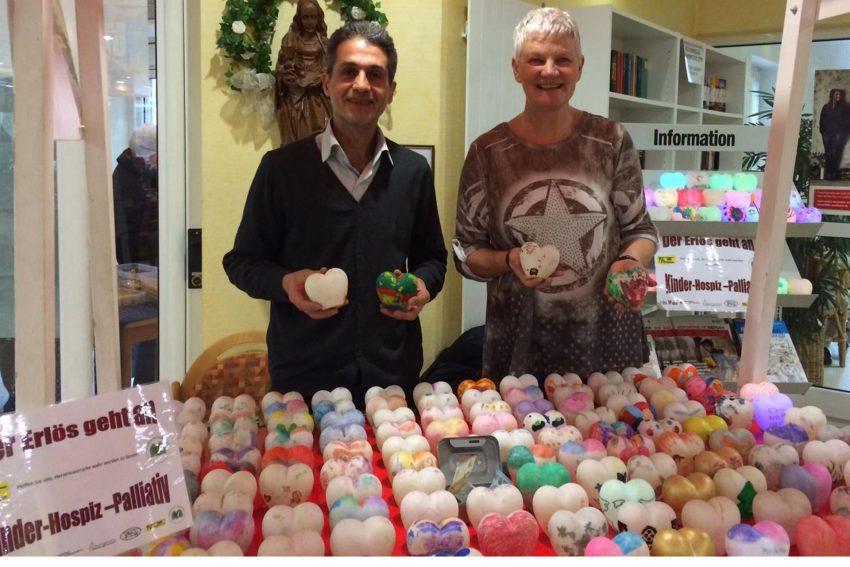 Basem Khalifa und Marion Ruhland beim Verkauf der Herzen.
