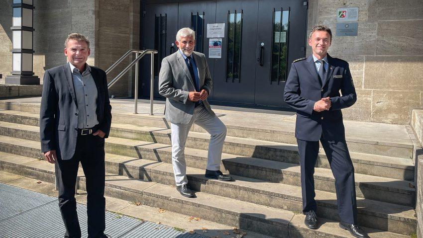 Polizeipräsident Jörg Lukat (M.) heißt seine beiden neuen Direktionsleiter, Michael Bauermann (Gefahrenabwehr und Einsatz, re.) und Ralf Gromann (Kripo)
