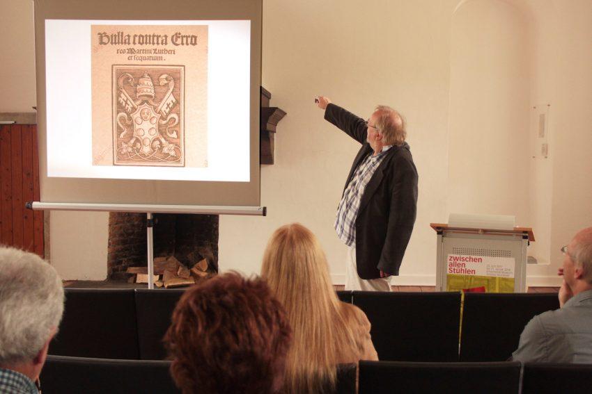 Dr. Falko Herlemann bei seinem Vortrag im Schloss.