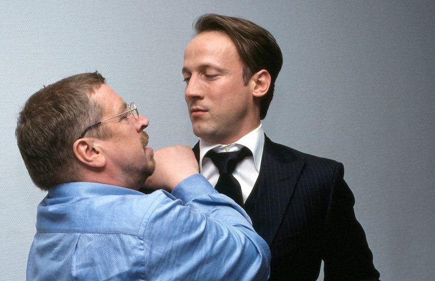 Hauptkommissar Erich Bo Erichsen (Armin Rohde) und der ehrgeizige Ermittler der Internen, Simon Kramer (Wotan Wilke Möhring), geraten aneinander.