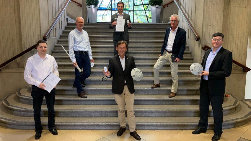 Stadt und Kooperationspartner stellen LoRaWAN Netzwerk und Smart City Plattform vor, (v.li.) Lars Wohlfahrt (IST Planbar), Hans Hubbartz, vorne Dr. Frank Dudda, hinten Pierre Golz, Dr. Jürgen Bock, Stiftungsprofessor Haydar Mecit.