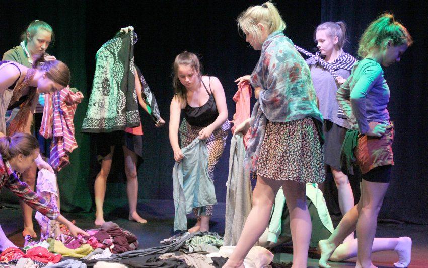 Das Tanzensemble der Jugendkunstschule Herne zeigt 'Stückwerk'.