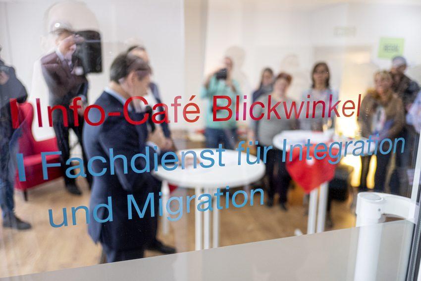 Eröffnung des Cafe Blickwinkel der Caritas in Herne (NW), am Donnerstag (30.01.2020). Die Begegnungstätte befindet sich in dem umgebauten und renovierten Ladenlokal eines früheren Raumauststatters in einem Mehrfamilienhaus An der Kreuzkirche 4 im Stadtbezirk Mitte. Das Cafè bietet, nach Angaben der Caritas, Geflüchteten, Ehrenamtlichen und allen interessierten Bürgern unter dem Motto - Vorurteile abbauen und Begegnungen ermöglichen - einen neue Kontakt- und Austauschmöglichkeit in Herne. Das Info-Cafè Blickwinkel ist ein Ort des Willkommens und soll Menschen durch vielfältige Angebot miteinander in Begegnung zu bringen sowie bereits bestehenden Ideen in der Integrationsarbeit eine neue mögliche räumliche Möglichkeit bieten.