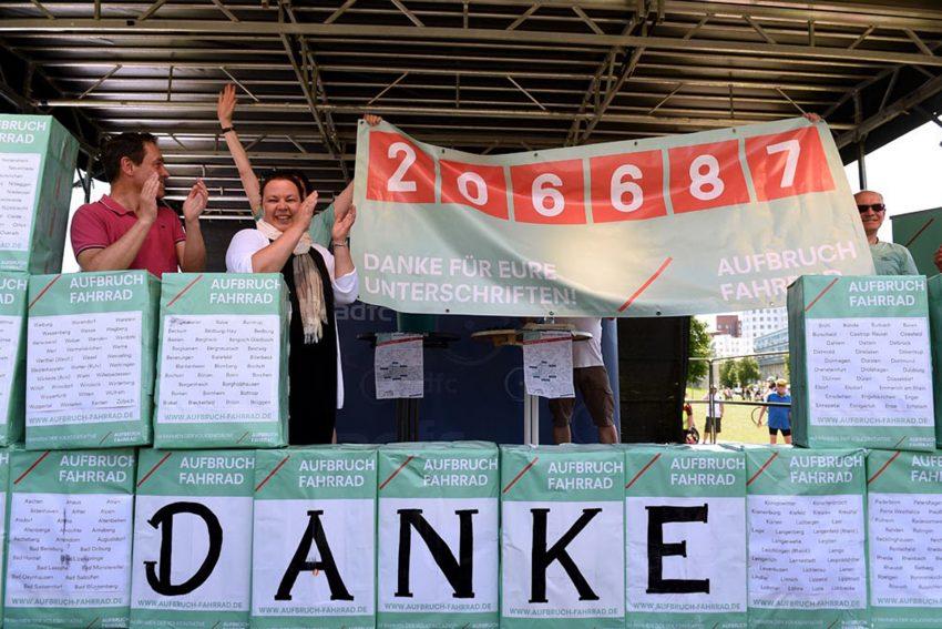 Initiative Aufbruch Fahrrad sammelte 206.687 Unterschriften.