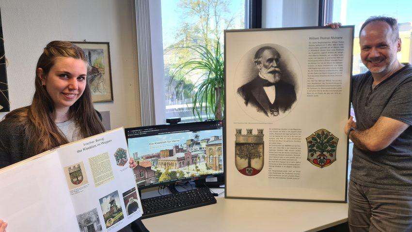 Kuratorin Alina Gränitz (li.) und Kurator Jürgen Hagen präsentieren die A3-Bücher und die Online-Ausstellung