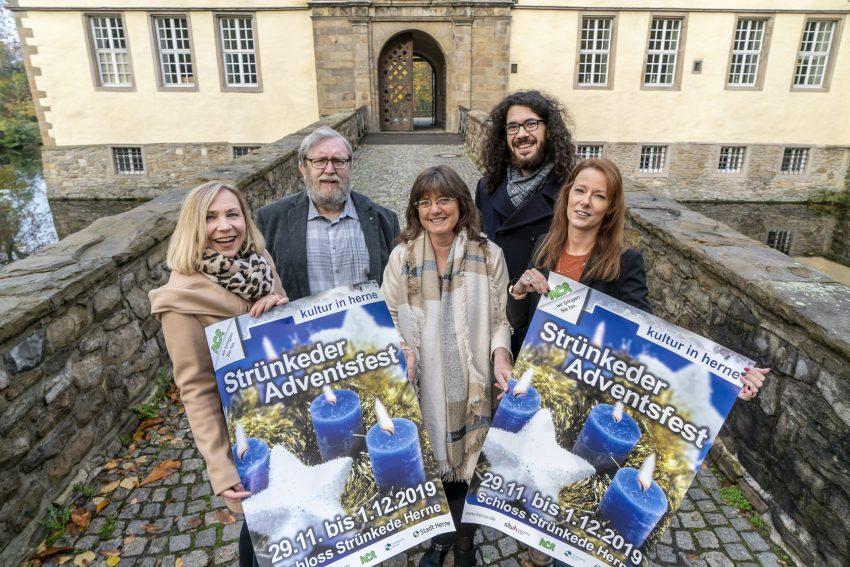 Werben für das Strünkeder Adventsfest. v.l. Claudia Stipp (Kulturbüros), Fritz Pascher (Tierheim), Katharina Büttner (Emschertal-Museum), Dennis Kazakis (Moderator für den neuenSamstag) und Marina Hummel (Veranstaltungsleiterin).