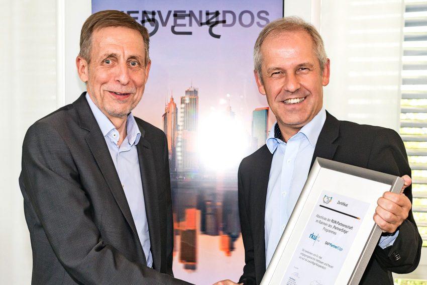 v.l. Peter Maier und Werner Dieckmann besiegeln die Run-Partnerschaft.