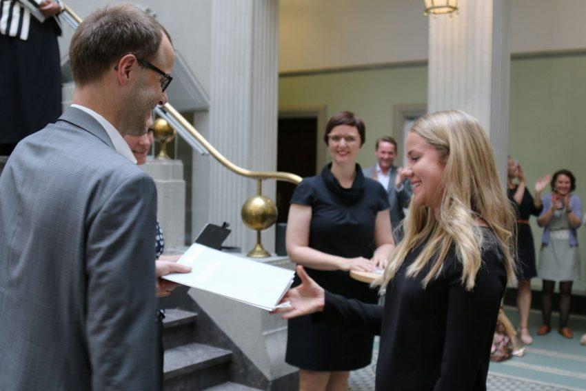 Zertifikat-Verleihung an die NRW-Talentscouts durch Prof. Dr. Bernd Kriegesmann.