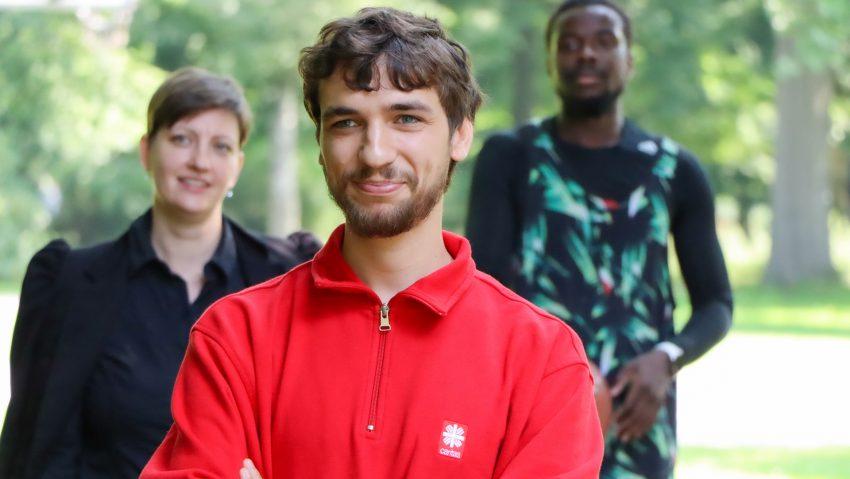 Till Hübner (Mitte) ist Streetworker und Teil des Projekts