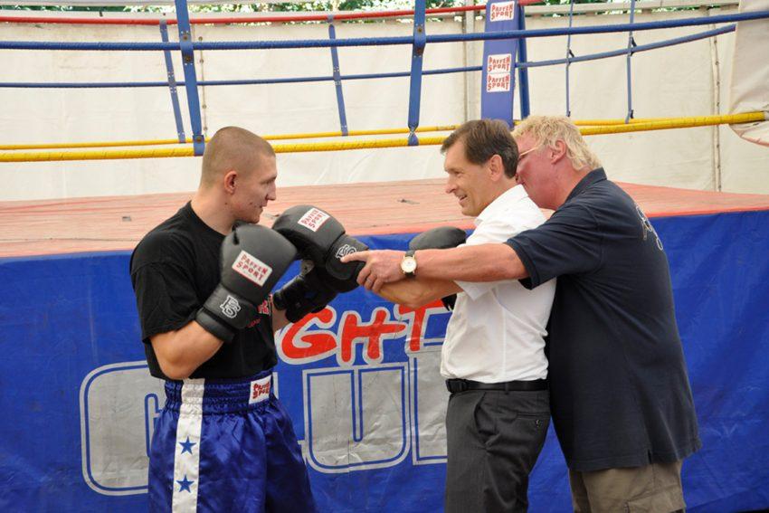 Charly Schulz weist Oberbürgermeister Dr. Frank Dudda die Feinheiten der Boxhandschuhe ein.