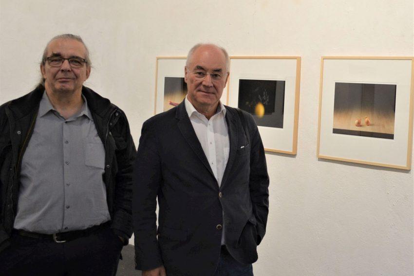 """Kurator Peter Buchwald (l.) und Ferdinand Ullrich in der Ausstellung """"Still Leben"""", die am 4. September 2021 in der Künstlerzeche Unser Fritz eröffnet wird."""
