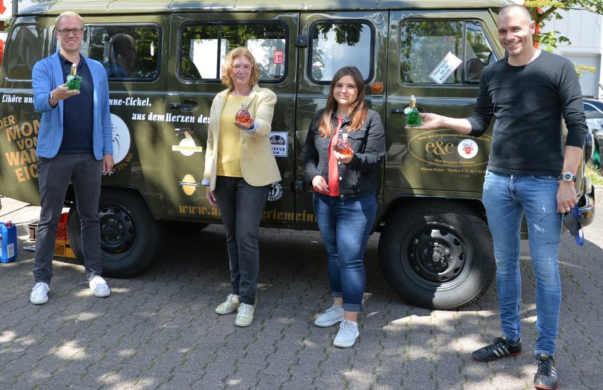 v.l. Hendrik Bollmann, Manuela Lukas, Nadine Minervino (alle SPD) und Peter Meinken mit Likören der Alten Drogerie Meinken, die zugunsten des Tierheims Herne Wanne verkauft werden.