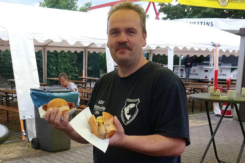 Erwischt -Angler mit Bratwurst.