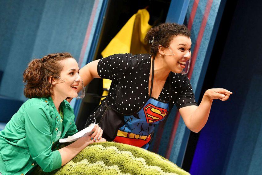 Lügen haben junge Beine. im Bild: In freudiger Erwartung: Vicky (Simone Schuster) und ihre Mutter Mary (Samira Hempel).