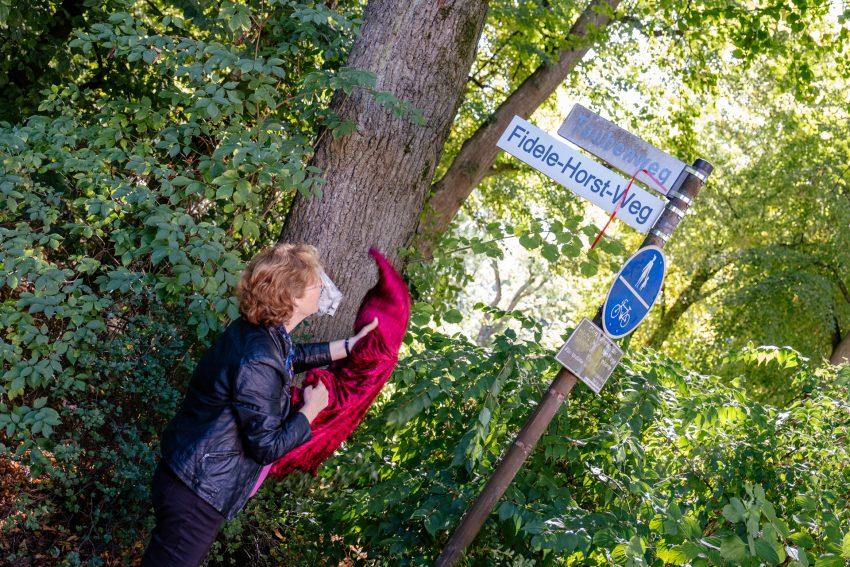 Bettina Szelag enthüllt das Schild
