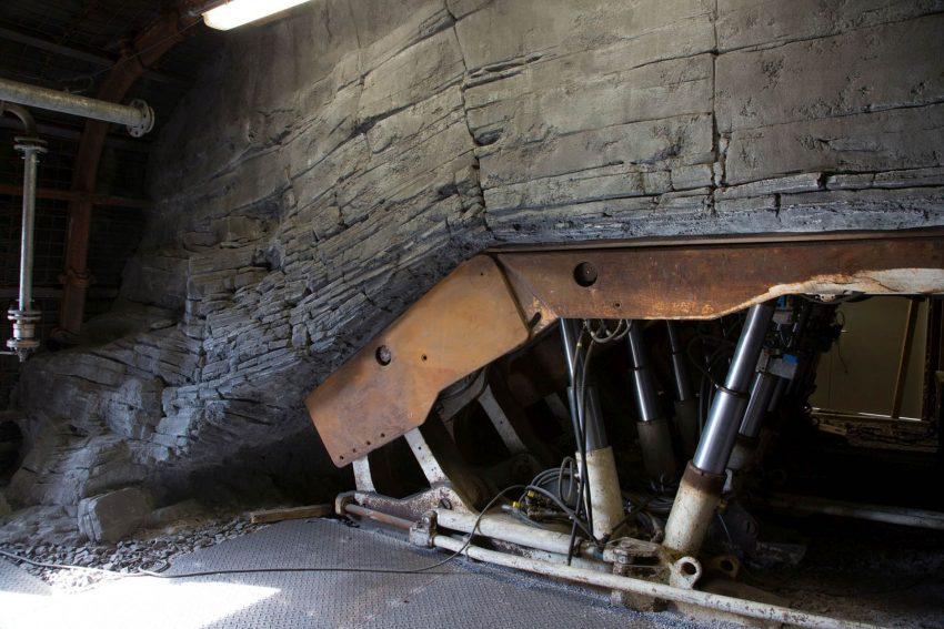 Ein Hydraulikschild stützt das Deckengewölbe ab. Montanium - LWL-Industriemuseum eröffnet neue Untertage-Erlebniswelt auf Zeche Zollern.