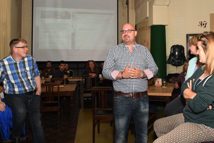 Thomas Reinke dankte seinen Helfern bei der Wahlparty für die Unterstützung.