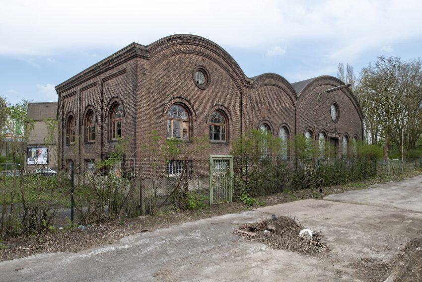 Gebäude der früheren Zeche Julia an de Cranger Straße in Herne, am Montag (16.04.2018). In der Maschinenhalle befanden sich ursprünglich Kompressoren und Turbokompressoren der Zechenanlage, später wurde sie als Turnhalle genutzt. Die Nutzung als Turnhalle ist in einem Fotoalbum von 1934 dokumentiert. Am 1. Juni 1966 nahm die Blaupunkt-Werke GmbH provisorisch in der alten Turnhalle die Produktion in Herne auf um Ende 1966 Anfang 1967 ins neuerbaute Werk an der Forellstraße umzuziehen. Zuletzt beabsichtigte der ASB Regionalverband Herne - Gelsenkirchen als Eigentümer dort den Krankentransport-Fahrdienst (abgewickelt im Sommer 2019) und die Katastrophenschutzeinheiten des ASB dort unterzubringen.
