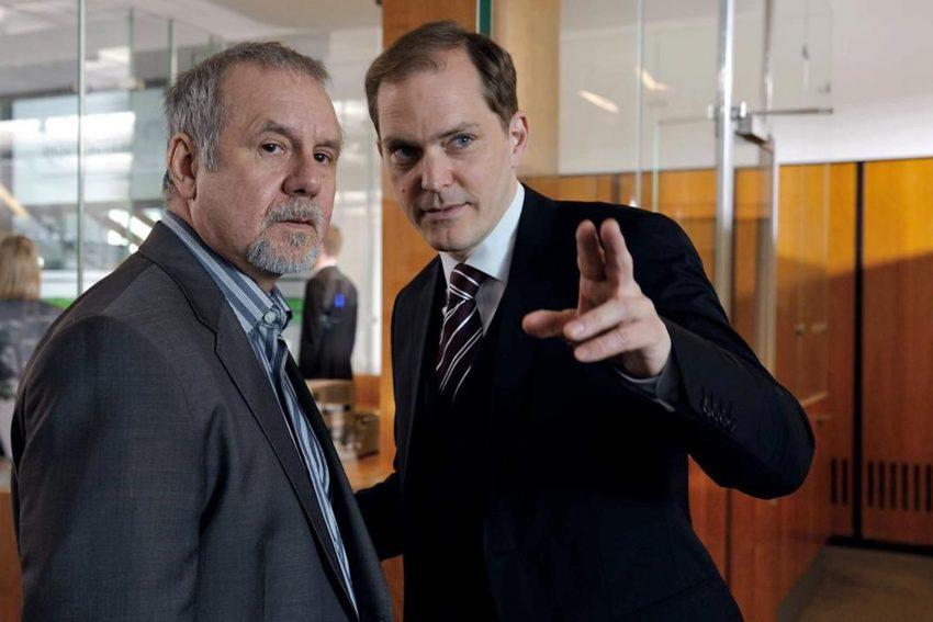Der Bankraub. Werner Kreye (Joachim Król) lässt sich nicht von seinem Sohn, sondern vom NWB-Filialangestellten Harald Mertens (Godehard Giese) beraten.