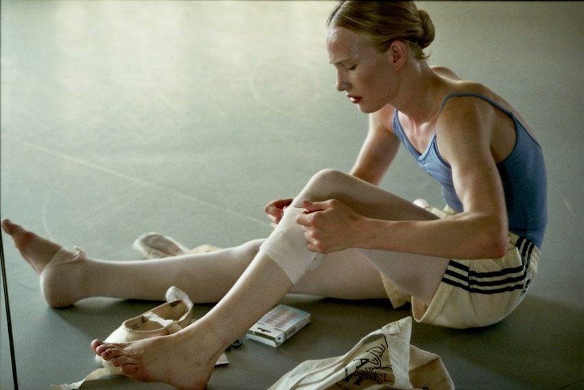 Ein als Junge geborenes Mädchen fängt kurz vor dem Beginn ihrer Hormontherapie an einer Ballettschule an und droht an der Belastung zu zerbrechen.