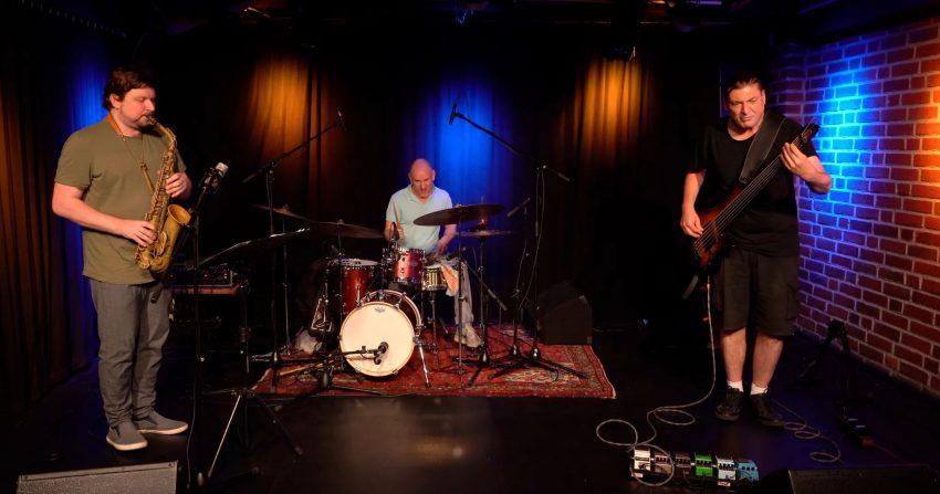 Das Experience-Duo mit Patric Siewert an der Bassgitarre und Kolja Roetzel (Mitte) an den Drums wird von Philip Lütz (li.) begleitet.