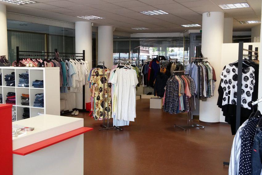Im DRK Kleiderladen.