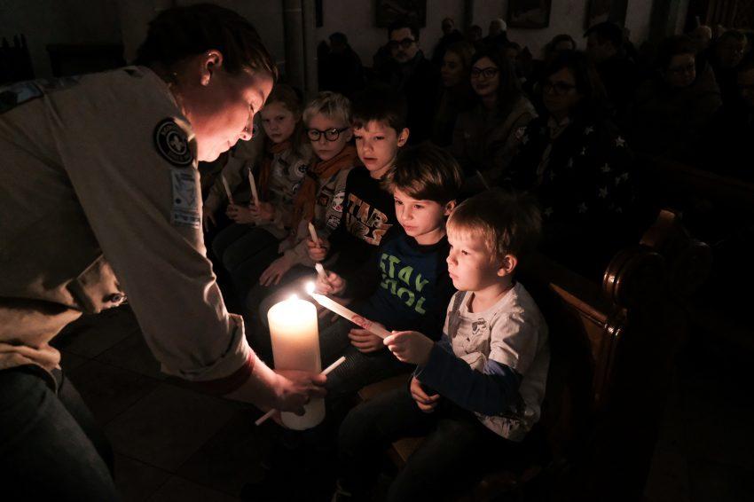 Aktion Friedenslicht in der Kirche St. Peter und Paul.