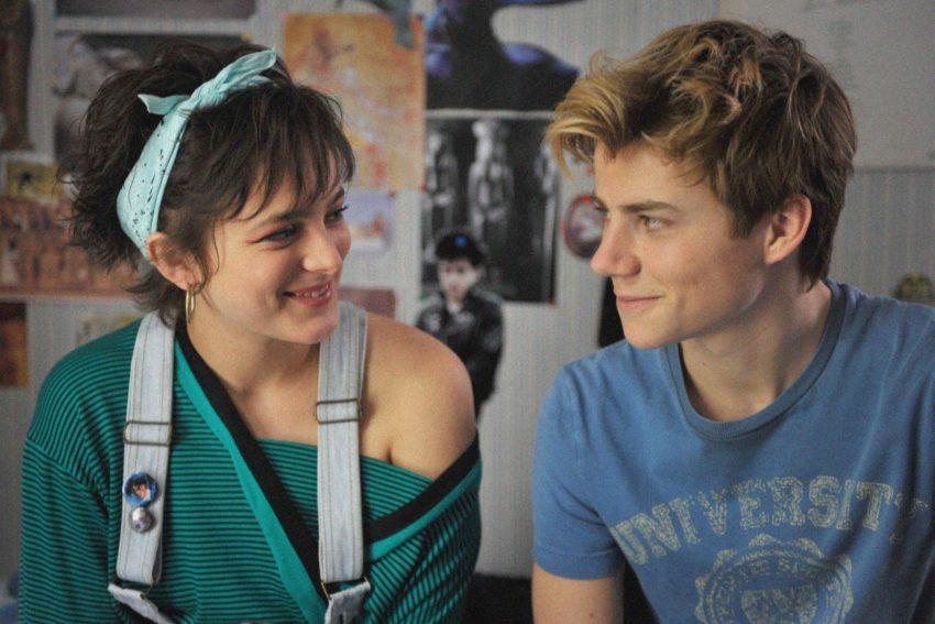 Das britische Au-pair Kate (Philippine Velge) wird zu einer wichtigen Vertrauten von Alexis (Félix Lefebvre).